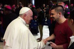 Папата ги охрабри младите Ирачани