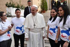 """На младите слушатели на синодата Папата им подари """"Докат"""""""