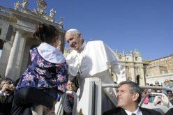 Папата: Ѓаволот влегува преку џебовите