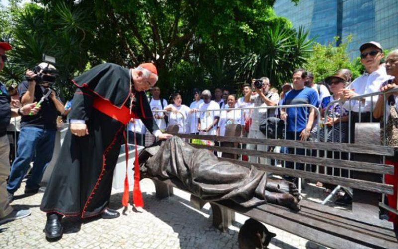 Во Бразил поставена статуа на бездомник