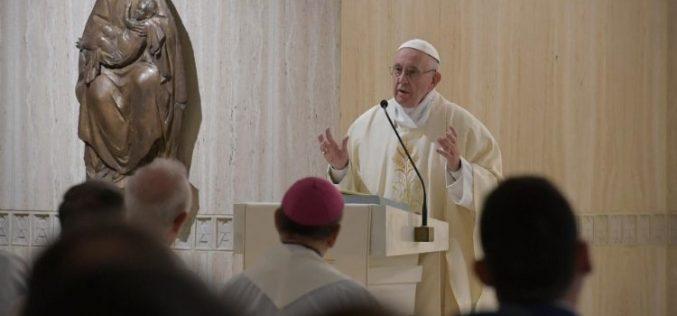 Папата: Консумеризмот е болест