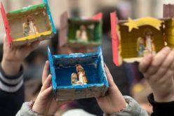 Папата Фрањо благослови статуетки Детето Исус