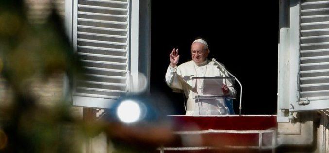 Папата на Ангел Господов: Витлеемската радост и смртта на Свети Стефан се поврзани