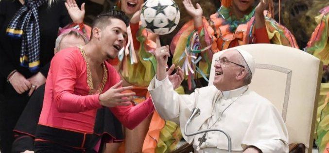 Папата на Генералната аудиенција: Соблаза е да се оди на црква и да се мразат луѓето