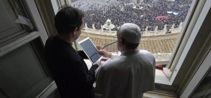 """Папата Фрањо отвори нова молитвена апликација """"Click to pray"""" и го активира својот профил"""