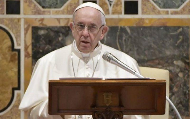 """Папата: Да не дозволиме младите да станат """"социјални пустиници"""""""