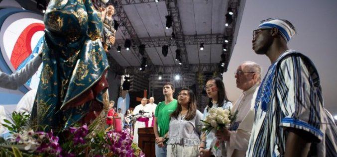 Папата до младите: Бидете носители на љубовта и градители на мостови