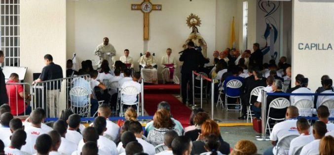 Папата во малолетничкиот затвор: Бог не гледа етикети и предрасуди, туку деца