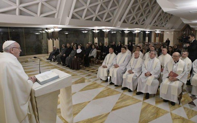 Папата: Свештеникот треба многу време да поминува пред Дарохранителницата