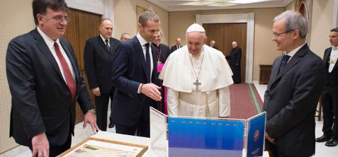 Папата Фрањо се сретна со претседателот на Европскиот фудбалски сојуз