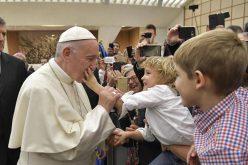 Во Твитер порака Папата повика да се спасат децата војници