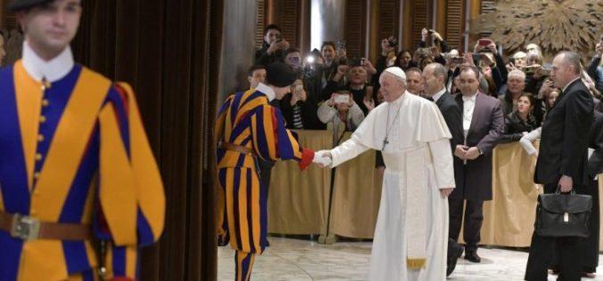 Папата: Никој не е сам, затоа што Бог нѐ љуби