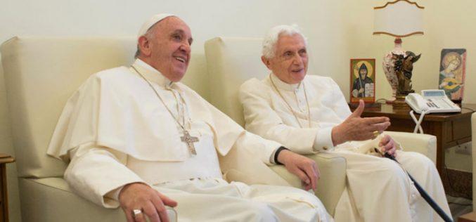 Папата ги повика верниците да се молат за него и за почесниот папа Бенедикт XVI