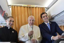 Папата разговараше со новинарите во авионот на враќање од Мароко