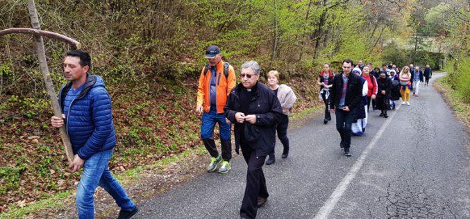 Бискупот Стојанов со младите молеше Крстен пат на Водно