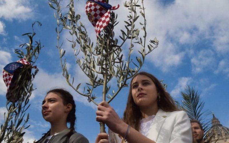 Папата ги повика младите да молат Бројаница за мир