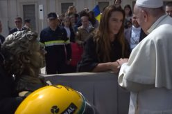 Папата доби оргинална кацига на Аиритон Сена
