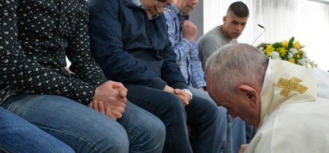 Папата ги изми нозете на затворениците за време на Мисата Вечера Господова
