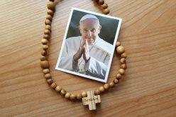 Папата подари 6000 бројаници на млади поклоници