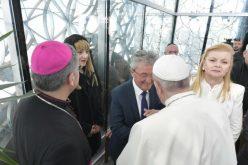 """Во """"Спомен куќата Мајка Тереза"""" Папата се сретна со верските поглавари во Македонија"""