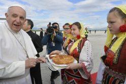 Папата Фрањо пристигна во Македонија