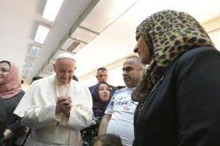 """Папата го посети прифатниот центар за бегалци """"Враждебна"""" во Софија"""