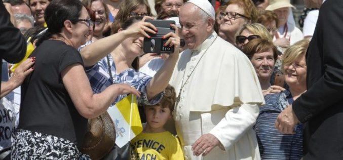 Папата: Излезете од самодопадливоста и не задржувајте ги Божјите дарови за себе