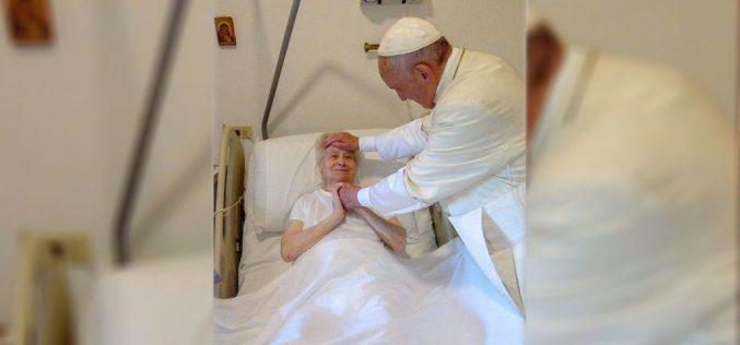 Папата Фрањо ненадејно посети монахињи во Рим