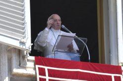 """Папата: Да имаме """"запалени светилки"""" како би можеле да ја осветлиме темнината на животот"""