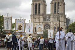 Папата во пораката до надбискупот на Париз: Верниците се градители на новото човештво