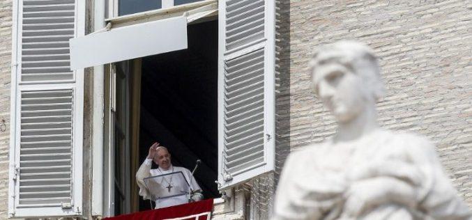 Папата остана 25 минути во блокираниот лифт