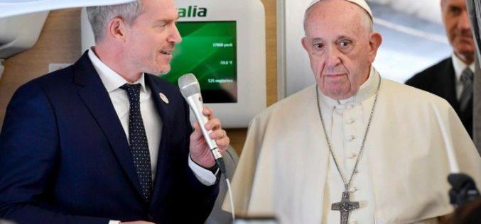 Папата во авионот ги повика новинарите на молитва за Бахамите