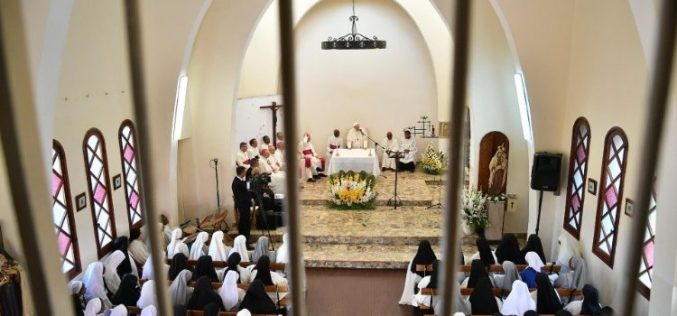 Папата во Мадагаскар: Посета на манастирот на босоногите Кармилитјанки