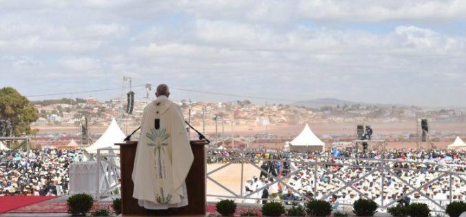 Папата во Мадагаскар: Пред сиромаштвото христијанинот не смее да седи со скрстени раце