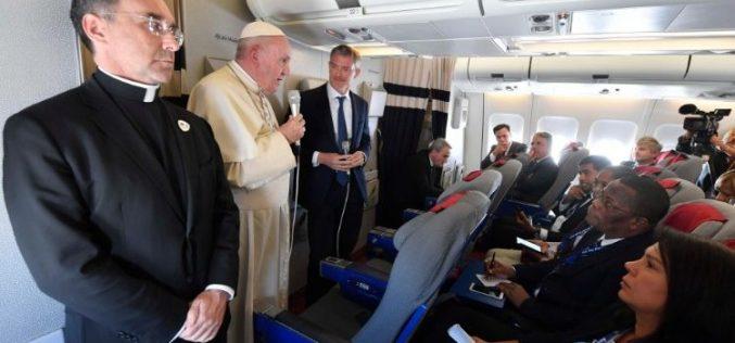 Прес-конференција на папата Фрањо во авионот при неговото враќање од Африка
