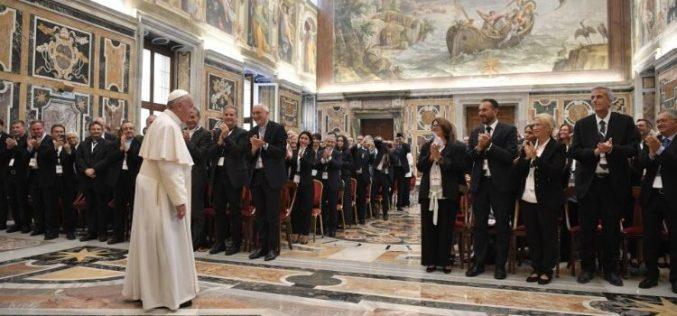Папата до италијанските новинари: Пренесувајте добри вести и разоткривајте ги лажните зборови