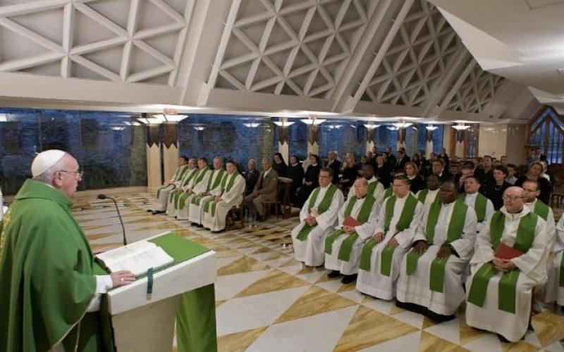 Папата Фрањо: Духовната млакост го претвора нашиот живот во гробишта