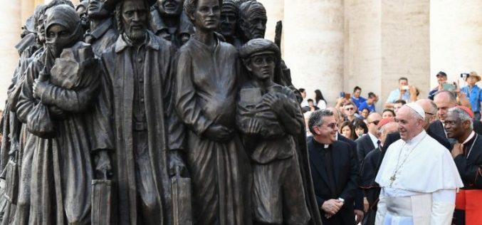 Папата благослови споменик на тема мигранти