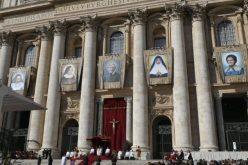 """Папата Фрањо: Новите светци се """"нежните светла"""" во темнината на светот"""