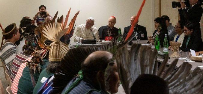 Папата се сретна со група домородци