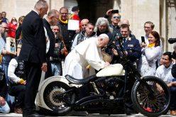Приходот од продадениот мотор на Папата оди за децата сираци во Уганда