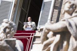 Папата ги повика верниците да не ја занемарат молитвата на гробовите