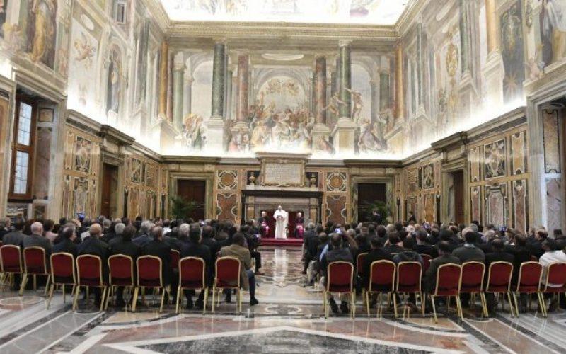 """Папа Фрањо: Потребна е револуција на културата во служба на """"распнатите во нашето време"""""""