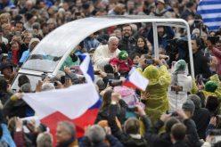 Папата до христијанските парови: Бидете домашна Црквa