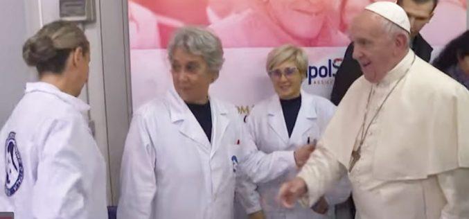 Папата го посети привремениот здравствен центар