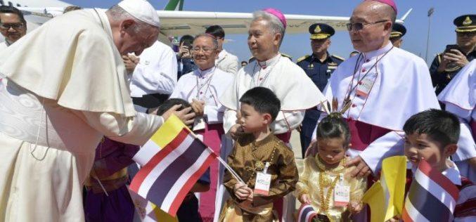 Папата Фрањо пристигна во Тајланд