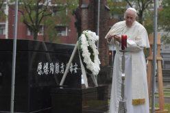 Папата Фрањо пред споменикот на јапонските маченици молеше за прогонетите христијани