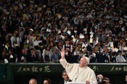 Папата во Јапонија: Надминете го натпреварувањето заради профит; прифатете го секој живот