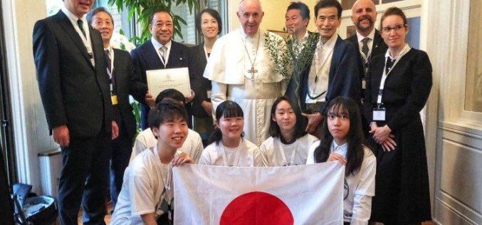 Папата Фрањо се сретна со младите од Фондацијата Сколас Окурентес