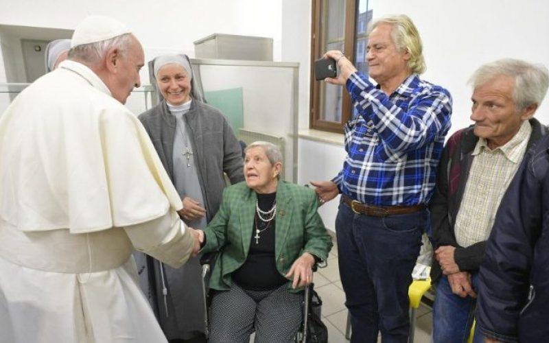 """Папата до Каритас: """"Лудоста на љубовта"""" во помагањето на другите"""